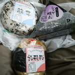 駅そばKIOSK - おにぎり3個...いずれも八戸の食材で、八戸で作られておるおにぎりとのこと。