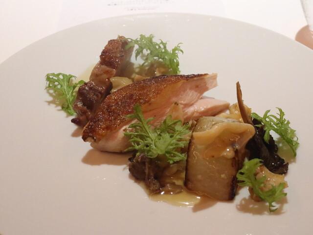 レフェルヴェソンス - ホロホロ鶏を炭火で、大根のソテとそのジュ、シャントレル茸、みる貝、わさび菜