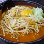 柳家 - キムチ納豆ラーメン...器が今までと異なり、取っ手のある鉄鍋?のようなもので