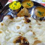 パリワール - 料理写真:Thali Set (豆のカレー、野菜のカレー、サモサ、ライス、ナン、ドリンク)