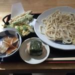 麦 - 「豚バラ肉のつけうどん(天プラ付)」800円&「おにぎり」100円