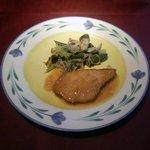 """いきましょうレストラン - 世田谷""""いきましょうレストラン""""ブリフィックスコース主菜「本日の白身魚のムニエル野菜のタブナードあえ」横景"""
