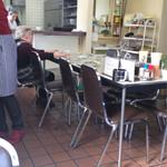 ふじみ食堂 - みんなが揃うのを待つおばあちゃん
