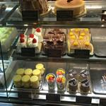 ニューヨークスタイル山下 - ホールでももちろん売ってます! この日はふんわりシュークリーム売り切れ…。