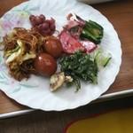 はっちゃんショップ - 焼きそば、煮たまご、コシアブラ天ぷら、煮豆、ハムソテー、漬け物、ウドン、エリンギ天ぷら、竹輪天ぷら、椎茸天ぷら、ご飯、お赤飯