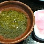 うま味処 つるき屋 - うま味処 つるき屋 @本蓮沼 マグロブツ定に付くモズク酢と大根の桜漬け