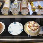 フランス菓子 オペラ座 - ショーケース左下に、ケーキバイキング用の「ガトーショコラ」が待機中