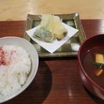 和み茶屋 - 揚物:平ゆば包み揚げ、桜海老真著、新馬鈴薯 食事:桜ご飯、赤だし