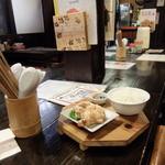 川尻ラーメン けんだま - 店内のテーブル式カウンター席