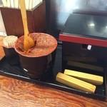 びっくり亭 本家 - 激辛味噌と鉄板の下に置くための木の棒