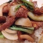 中国料理 古稀殿 - 牛肉(外国産)と野菜の黒胡椒・にんにく入り かけご飯(サンシャインランチ)