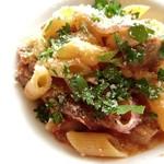 ラ・ロンディネ - もち豚と新赤玉ねぎ 白いんげん豆のラグーソース ショートパスタメーツェペンネ