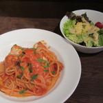 アリエッタ - ワタリガニのトマトクリームスパゲッティ、サラダ