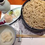平沼 田中屋 - 辛味大根おろしそば、950円。ケン太ウロス的には、オススメ中の一品。上1段は辛味大根で、下2段めは、普通に蕎麦つゆで、ザーッザーッと頂いてます。