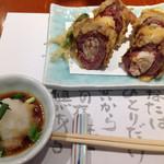平沼 田中屋 - 田中屋ならではの「鴨ねぎ天ぷら」1000円(税抜)。熱々の天ぷら、中身は鴨肉とネギという黄金コンビ。
