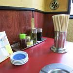 つけ麺大王  - テーブル上の調味料類