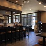 麺匠 がむしゃら - 店内風景。今風なダウンライトを用いた落ち着いた雰囲気。