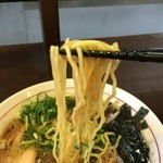 丸髙家 - 中細縮れ麺、食感のいい美味しい麺です