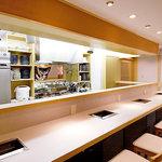 鶴屋 - 【カウンター席】店主の包丁さばきや調理風景も垣間見れます。