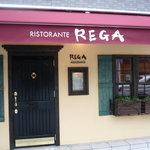 RISTORANTE REGA - 行き来する人はドア横のメニューをみんなみていく…あとは値段見てる??