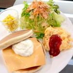 ビアンコ ブランコ - 【ランチ】サンドプレート(平日~15時限定)。コーヒー付きで¥650。チープな味を覚悟していましたが、お野菜もチーズバーグもスクランブルエッグも普通に美味しく、ボリュームもたっぷり。コスパ良すぎです!