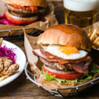 肉汁注意!ボリューミーで食べ応え満点なハンバーガー!