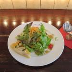フルボ - ズッキーニのキッシュとサニーレタス、グリーンリーフ、ニンジン、ミニトマトのサラダ