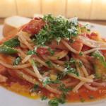 フルボ - アスパラとベーコンのトマトソーススパゲッティアップ
