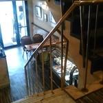 カフェ・ド・ボア - [内観] 2F 客席から 1F テーブル席を見る。