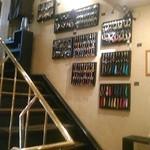 カフェ・ド・ボア - [内観] 2F 客席 ~ 3F 客席 階段壁 アクセサリー商品 展示 ②