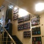カフェ・ド・ボア - [内観] 2F 客席 ~ 3F 客席 階段壁 アクセサリー商品 展示 ①