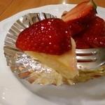 カフェ・ド・ボア - [料理] いちごタルト ひと口サイズ アップ♪w