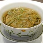 蓮双庭 - 『鶏肉と豚肉の旨み ふわふわスープ』。スープに浮かんでいるのは和食によく使われる蓴菜(じゅんさい)とお肉のペーストです。