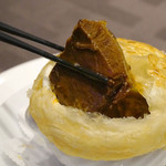 蓮双庭 - 『やわらか牛頬肉のトマト醤油煮込みのパイ包み焼き』。パイ皮を割ると、                             中には、まるでビーフシチューのようなビジュアルの牛頬肉の煮込みが入ってました。