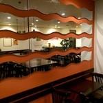 Cafe & Kitchen 米米食堂 - 壁にはめ込まれたミラー、「波」を表現してるのかな?