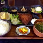 賛急屋 - 料理写真:アジフライ定食(880円)。見た目はそれっぽいが、よくよく見るとコスパは良くない。