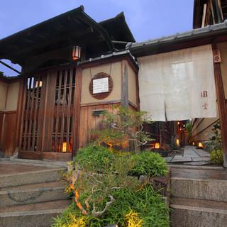 四季折々に彩りをかえる祇園の奥座敷、八坂の街並…