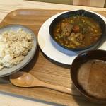 毎日食堂 - 料理写真:もち豚・三元豚と新玉ねぎコンフィのカレー、ご飯は玄米と5分つきの半分ずつ
