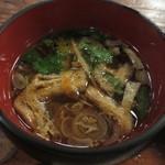ちよだ - ひき肉、人参、えのき、タケノコ、ネギ、油揚げ、三つ葉、椎茸の八種類の具の入ったつけ汁。