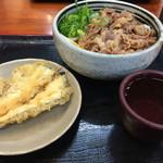 麺処 綿谷 - 肉ぶっかけうどんを『あつ』で注文。390円。  ナスの天ぷらは、100円(税込)ナス天はあまりおいしくなかったです。