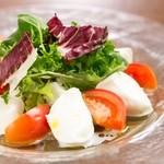 水牛のモッツァレラチーズとフルーツトマトのカプレーゼ