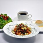 ジニス コーヒースイーツ - パスタセット:前菜のサラダ、パスタ、コーヒー、デザート