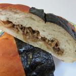 童夢の森 - 巨大なおにぎり型のパンの中に焼肉ともやしがたっぷり入ったボリュームたっぷりの米粉パンです。