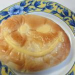 童夢の森 - 笑顔のクリームパン130円、自家製の濃厚なカスタードクリームをたっぷり使用したパンです。