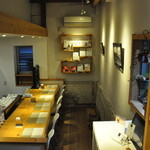 ジニス コーヒースイーツ - 店内のカウンター(6席)