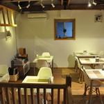 ジニス コーヒースイーツ - 店内の2F(12席)