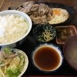 いります食堂 - 豚バラ肉ジュージュー焼き定食(税込850円、2016年5月)。タレはおろしステーキタレ。
