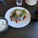 湾岸食堂 - カツオのタタキと野菜のカルパッチョ風ガーリックソースでございます