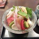 釜揚げうどん 鈴庵 - 朝引き鶏のカプレーゼ風サラダUDON