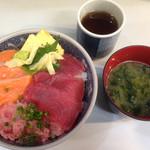 50959384 - マグロ サーモン ネギトロ丼 味噌汁付き ご飯大盛りサービス 900円 税込